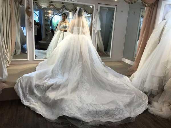 khach-hang-thu-vay-cuoi-tai-hacchic-bridal-85-ho-van-hue