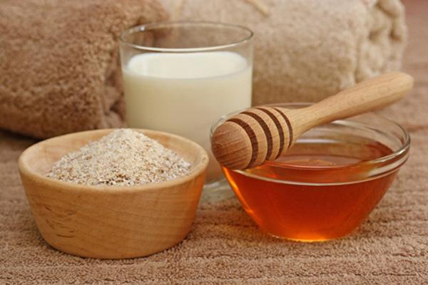 Làm sạch da đơn giản bằng mật ong và bột yến mạch