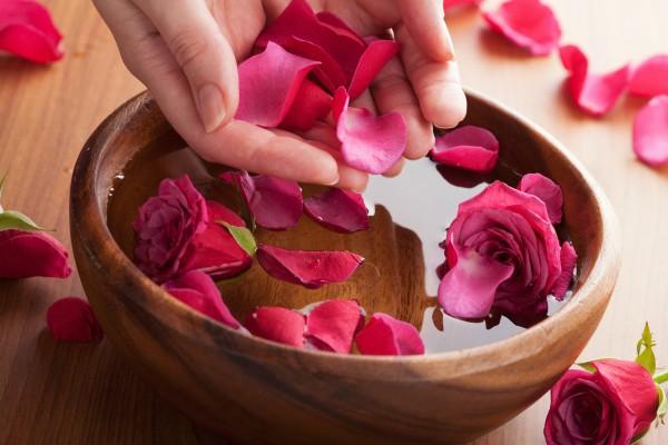 Làm sạch da đơn giản bằng nước hoa hồng