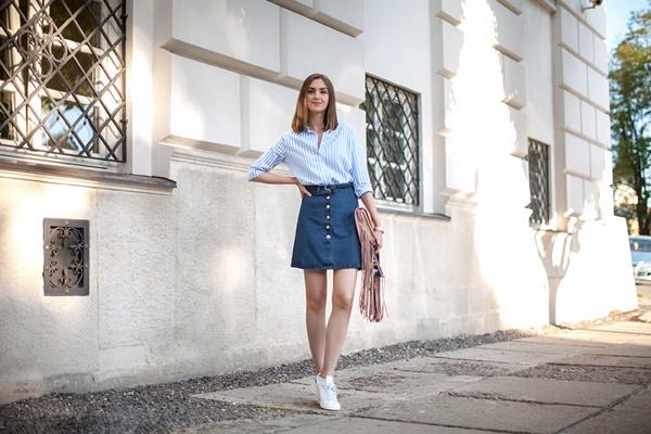 Váy jean mang giày gì cho phong cách năng động?