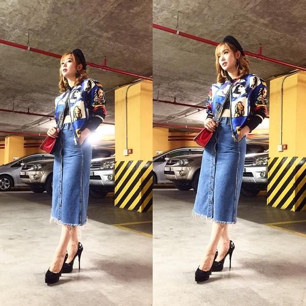 Chân váy jean kết hợp với giày cao gót
