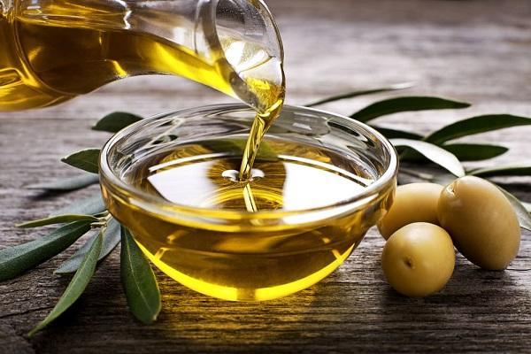 Tẩy tế bào chết cho môi bằng dầu oliu và đường