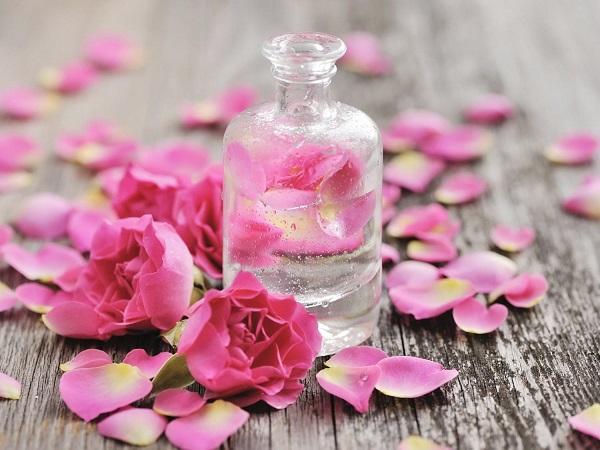 Tẩy tế bào chết cho môi bằng nước hoa hồng
