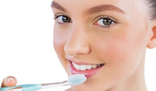 Tẩy tế bào chết cho môi với bàn chải đánh răng