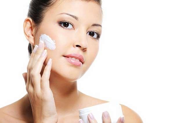 Cách chữa da mặt khô bằng kem dưỡng ẩm