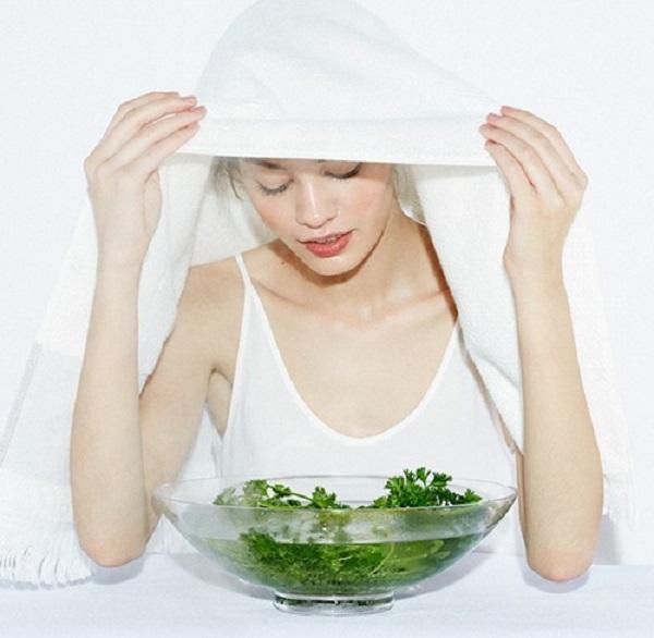 Rửa mặt hoặc xông hơi bằng nước lá ngải cứu