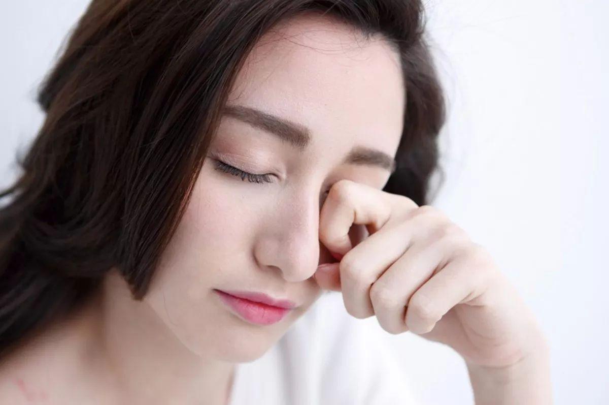Tránh dụi mắt sau khi phun xăm