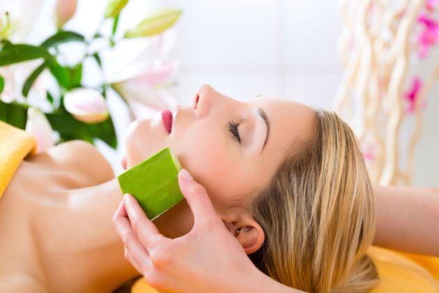 Sử dụng mặt nạ thiên nhiên hỗ trợ se khít lỗ chân lông
