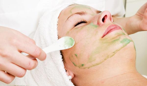 Thoa đều mặt nạ nha đam và vitamin e lên da mặt