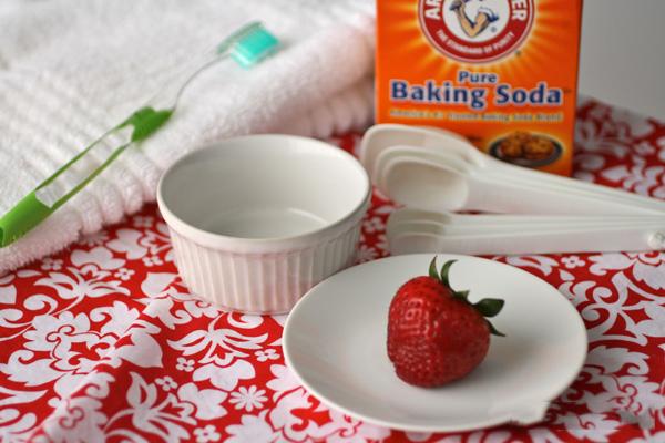 Tẩy da chết bằng baking soda và dâu tây