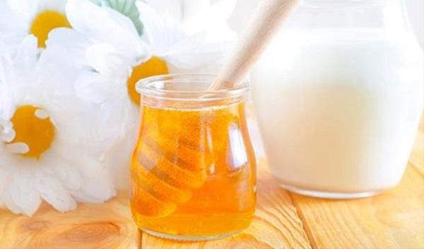 Công thức tẩy da chết từ sữa tươi và mật ong