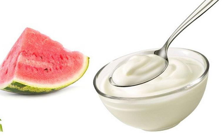 Sữa chua và dưa hấu tẩy da chết